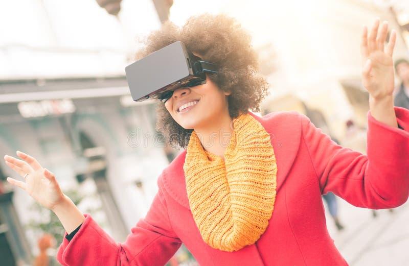 Härlig kvinna som använder tekniskt avancerade utomhus- virtuell verklighetexponeringsglas royaltyfri fotografi