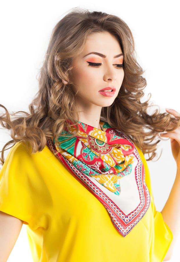 Härlig kvinna som bär en färgrik scarve arkivbilder