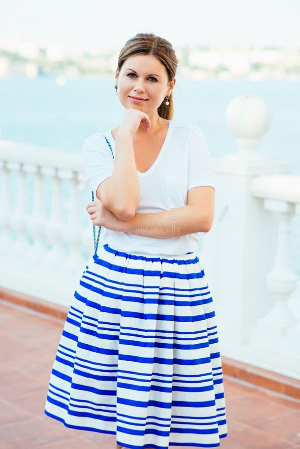 Härlig kvinna som bär trendig kläder arkivfoto