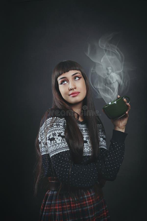 Härlig kvinna som drömmer den perfekta mannen arkivfoton
