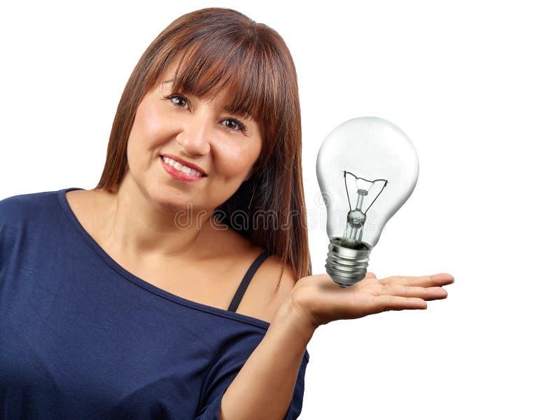Härlig kvinna som framlägger det isolerade begreppet för idésymbolslightbulb royaltyfri bild
