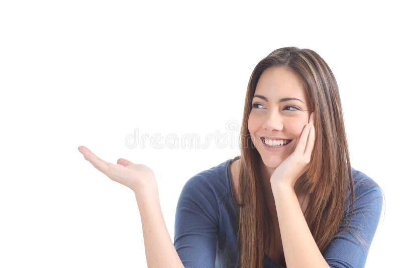 Härlig kvinna som framlägger en tom text arkivfoton
