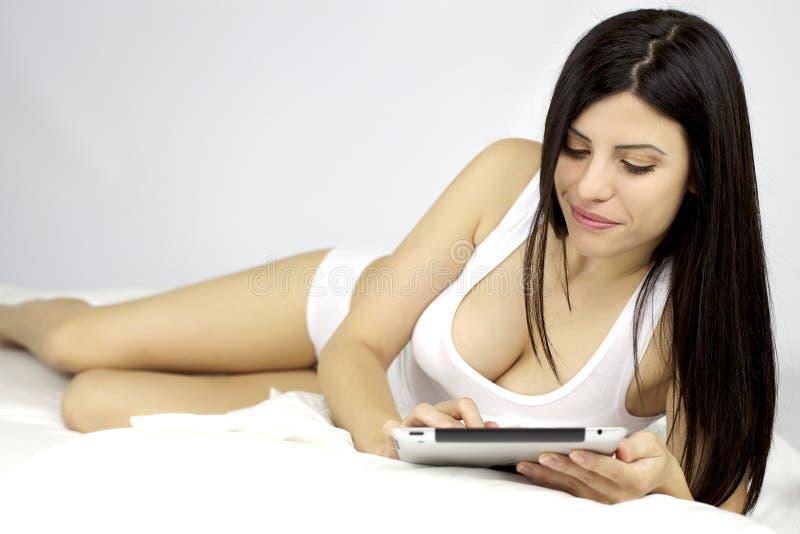 Download Härlig Kvinna Som Fungerar Med Ipad I Underlag Arkivfoto - Bild av komfort, nätt: 27288698