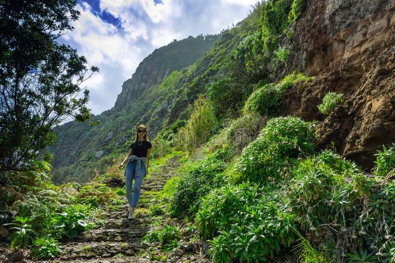 Härlig kvinna som går på bergkustlinjen av madeiraön royaltyfri fotografi