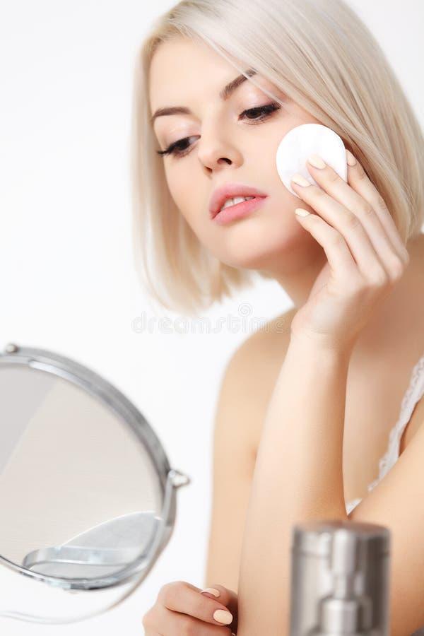 Härlig kvinna som gör daglig makeup. arkivbilder