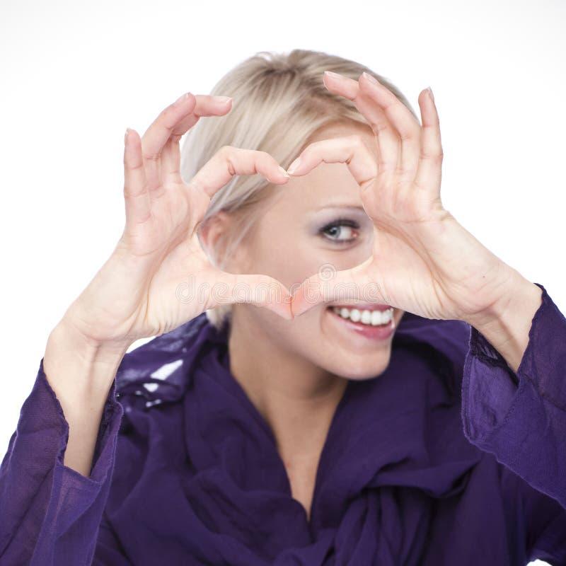 Härlig kvinna som gör en hjärta som formas för att göra en gest royaltyfria bilder