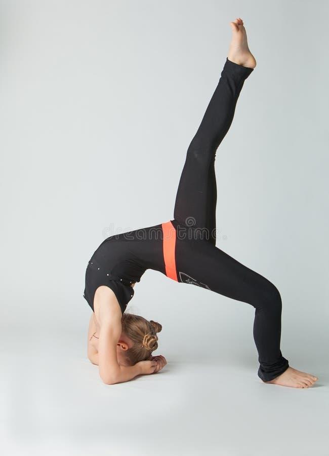 Härlig kvinna som gör yogunavitbakgrund arkivfoto