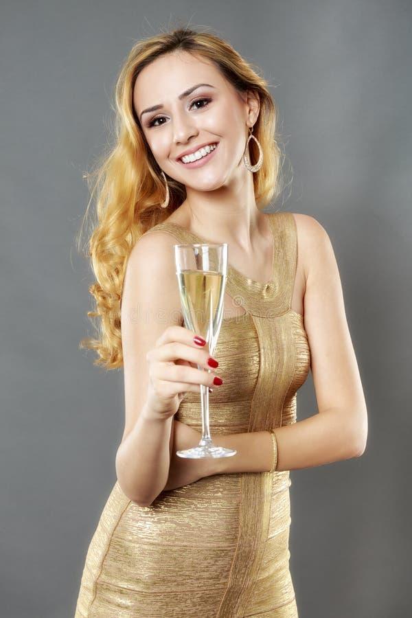Härlig kvinna som har ett exponeringsglas av champagne arkivfoto