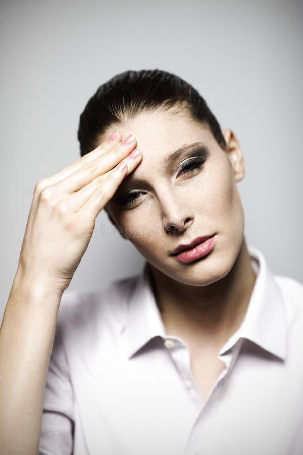 Härlig kvinna som har huvudvärk arkivfoton
