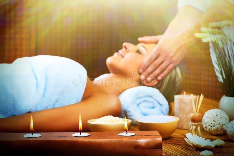Härlig kvinna som har massage. arkivbild