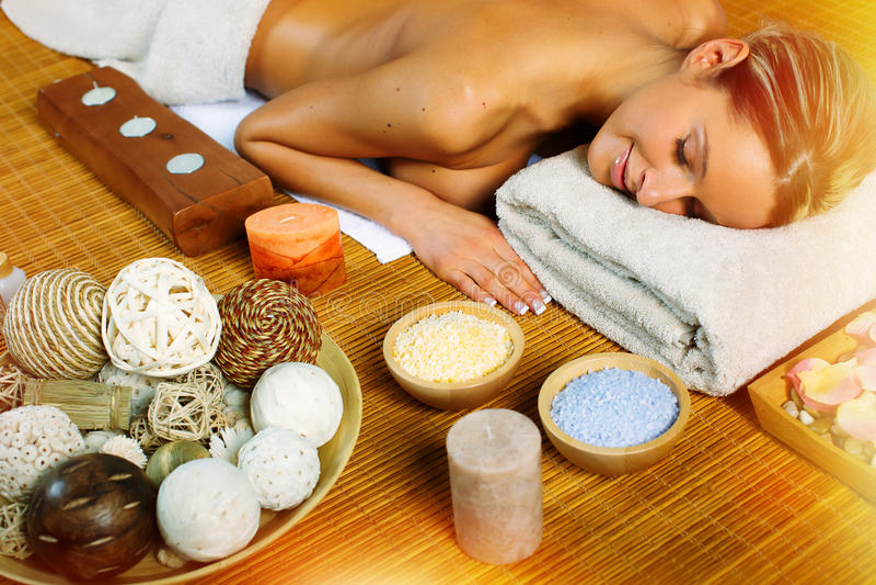 Härlig kvinna som har massage. royaltyfri bild