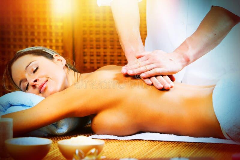 Härlig kvinna som har massage. fotografering för bildbyråer