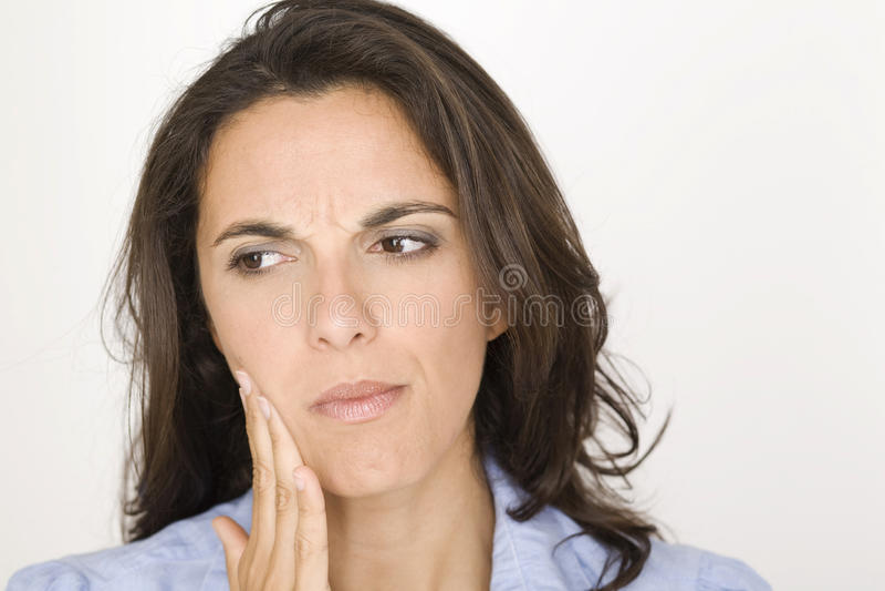 Härlig kvinna som har tandvärk royaltyfria foton