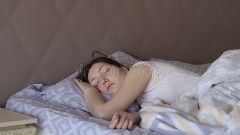 Härlig kvinna som inte sover vaker upp i säng royaltyfria foton