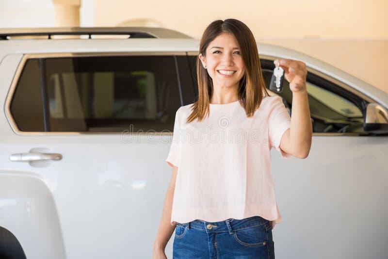 Härlig kvinna som köps precis en ny bil royaltyfria bilder