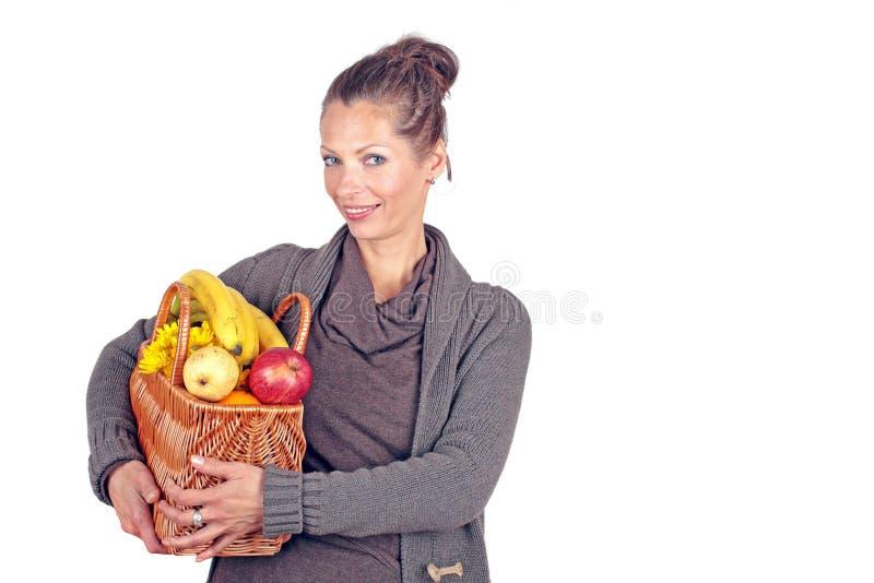 Härlig kvinna som kommer från marknaden arkivfoton