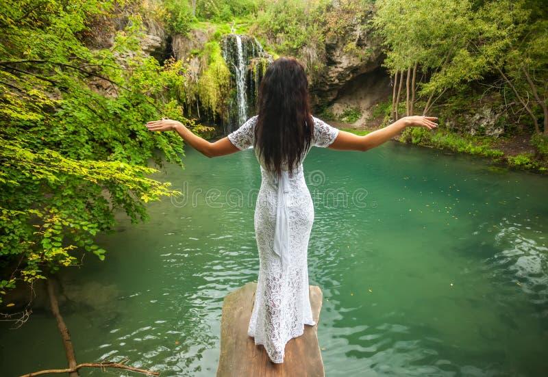 Härlig kvinna som kopplar av i tropisk vattenfall royaltyfri foto