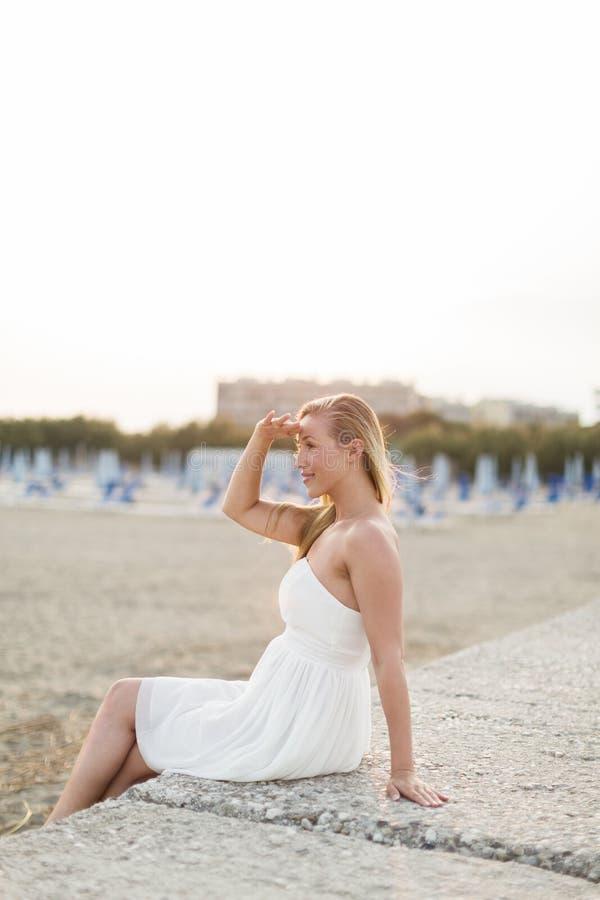 Härlig kvinna som kopplar av på stranden arkivbilder