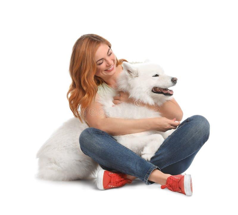 Härlig kvinna som kramar hennes hund royaltyfri fotografi