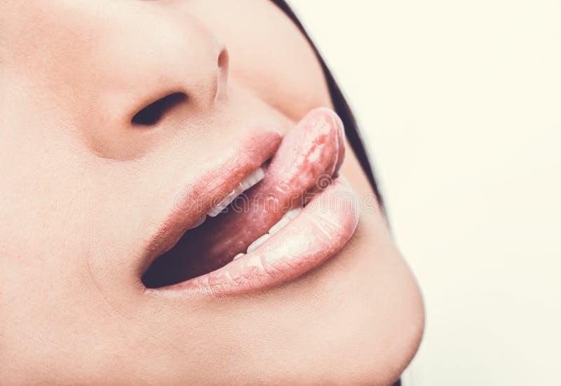 Härlig kvinna som läcker tänder med tungslut upp royaltyfri bild