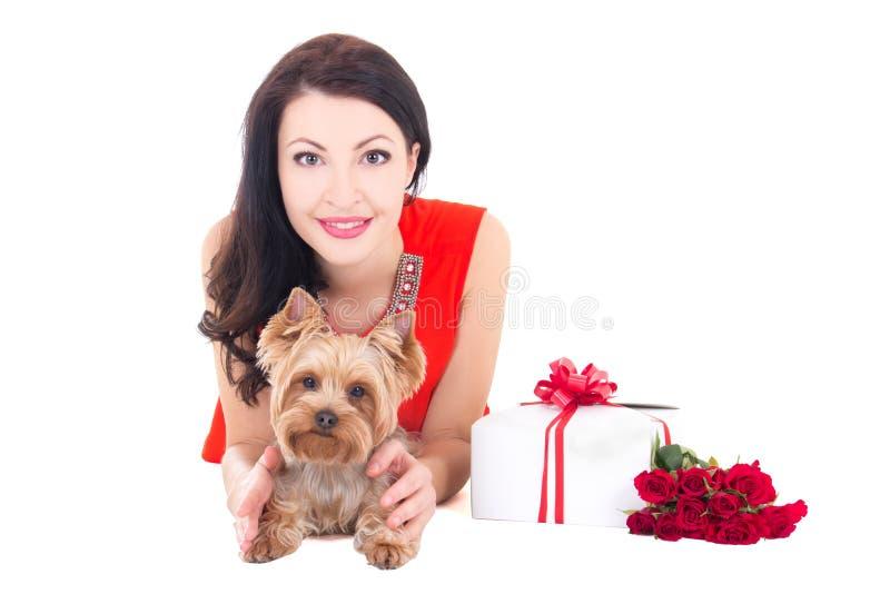 Härlig kvinna som ligger med den yorkshire för liten hund terriern, gåva bo royaltyfri foto