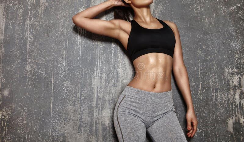 Härlig kvinna som poserar i sportkläder Sinnlig konditionmodell med perfekta kroppformer Den sunda livsstilen, bantar royaltyfri fotografi