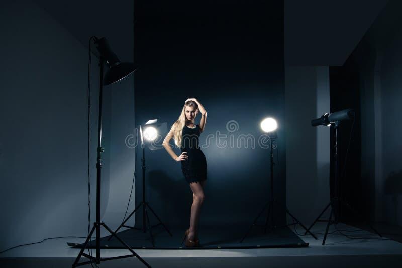 Härlig kvinna som poserar på studion i ljusa exponeringar fotografering för bildbyråer