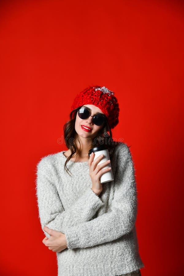 Härlig kvinna som rymmer papperskaffekoppen fotografering för bildbyråer