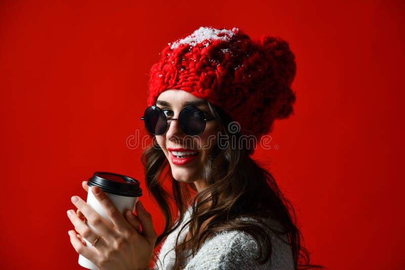 Härlig kvinna som rymmer papperskaffekoppen arkivbild