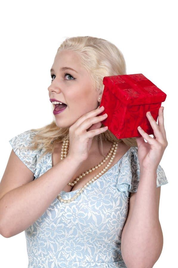 Härlig kvinna som skakar gåvan arkivbild