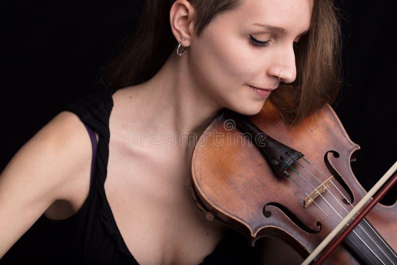 Härlig kvinna som spelar fiolstudioståenden på svart royaltyfria foton