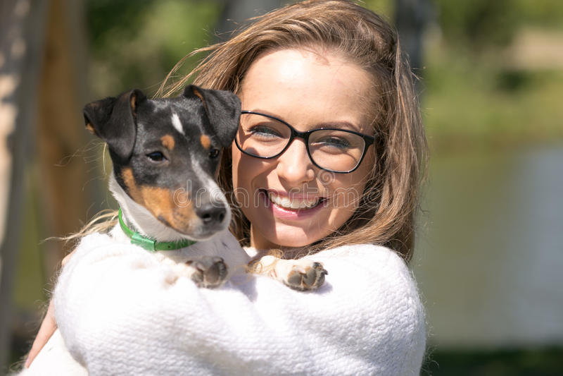Härlig kvinna som spelar med hennes hund utomhus- stående serie royaltyfria bilder