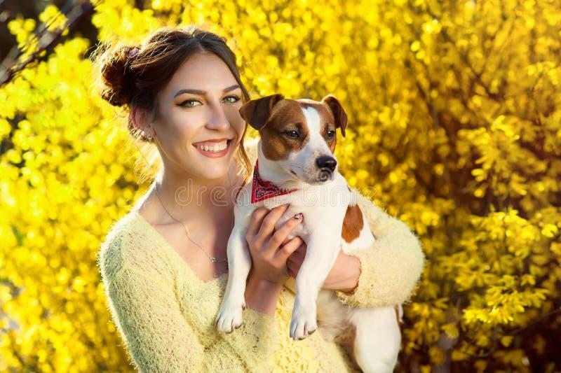 Härlig kvinna som spelar med hennes hund utomhus- stående serie arkivbilder