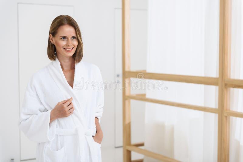 Härlig kvinna som spenderar tid i brunnsortmitt royaltyfria bilder
