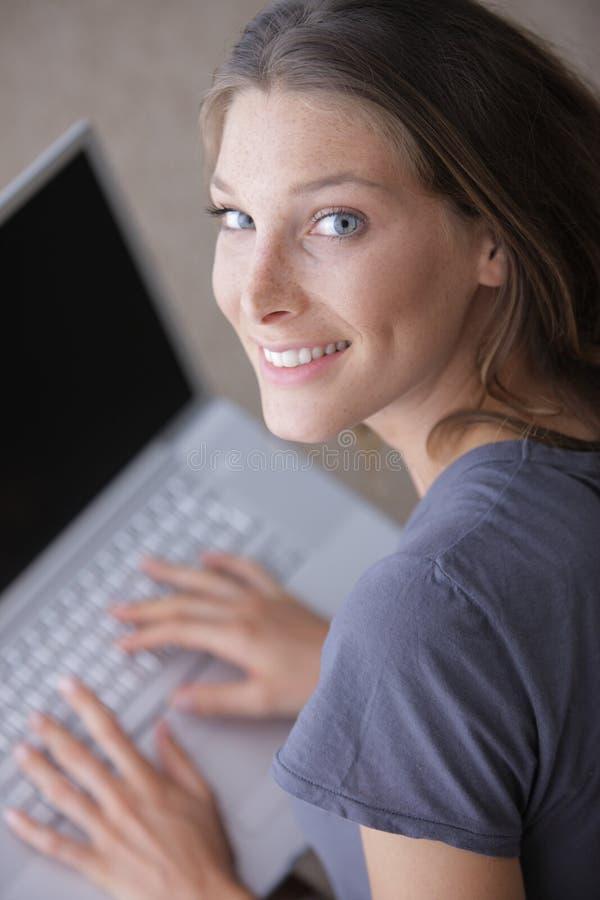 Härlig kvinna som surfar det netto royaltyfri fotografi