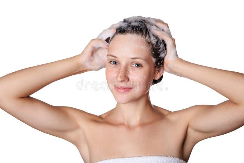 Härlig kvinna som tar en dusch och shampooing hennes hår tvagninghår med schampo royaltyfri fotografi