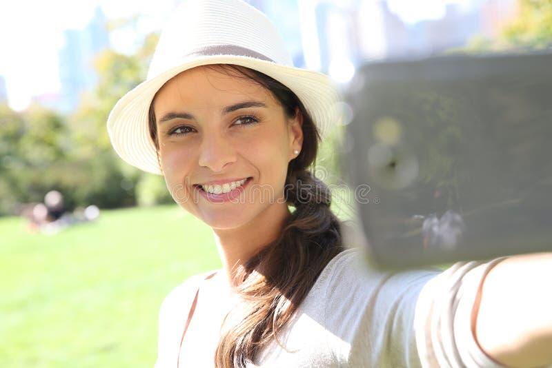Härlig kvinna som tar selfie, medan resa arkivfoton