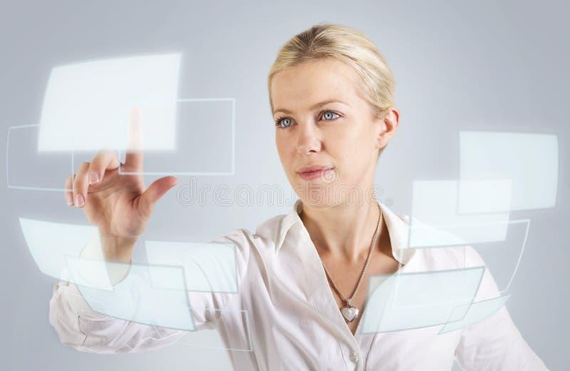 Härlig kvinna som trycker på en digital skärm arkivbild