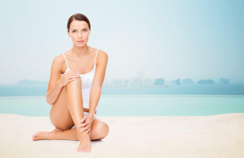 Härlig kvinna som trycker på henne ben royaltyfri fotografi