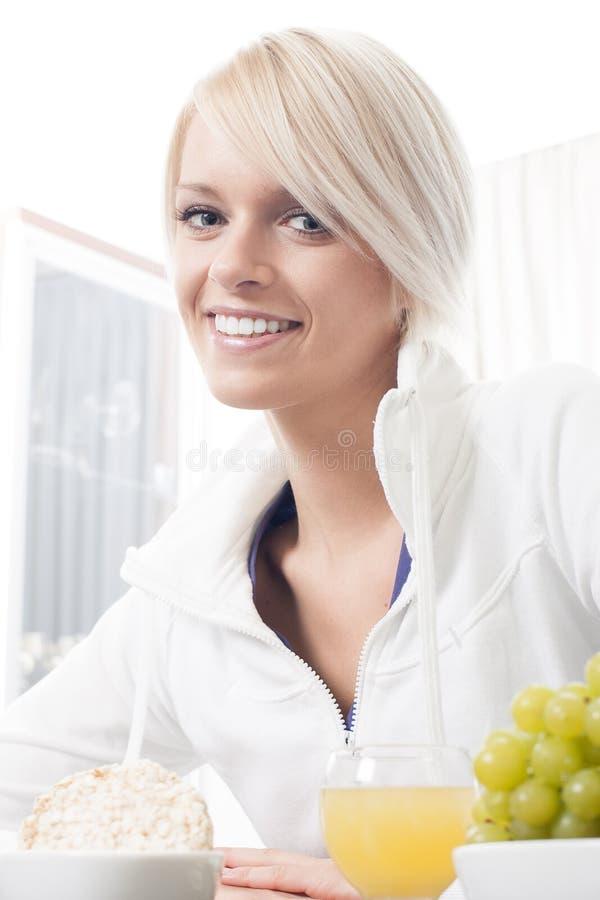Härlig kvinna som tycker om en sund frukost arkivbilder