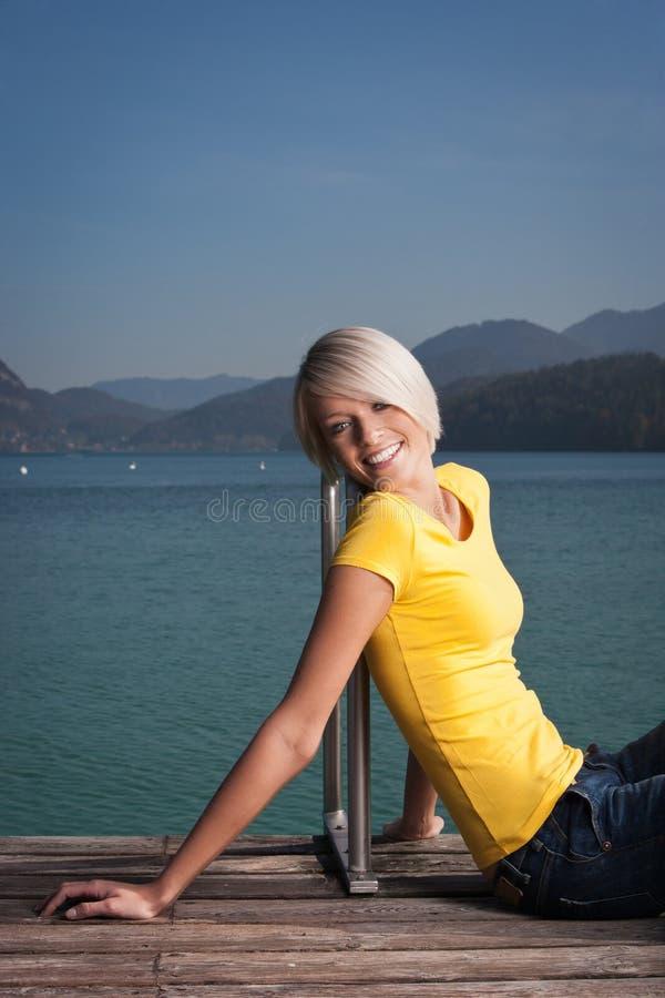 Härlig kvinna som tycker om en sund livsstil arkivbilder