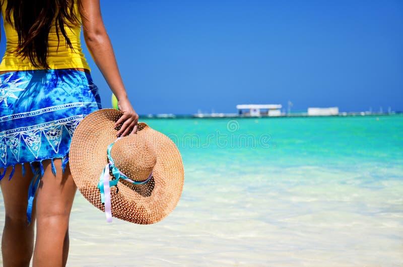 Härlig kvinna som tycker om hennes vacantion på den tropiska stranden arkivbild