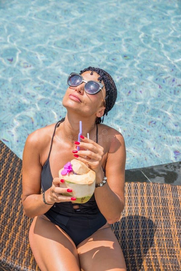 Härlig kvinna som tycker om sommar och garvar på simningbajset royaltyfria bilder