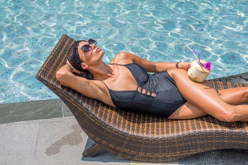Härlig kvinna som tycker om sommar och garvar på simningbajset arkivbild