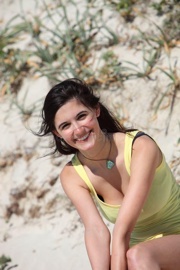 Härlig kvinna som tycker om sommarsolen fotografering för bildbyråer