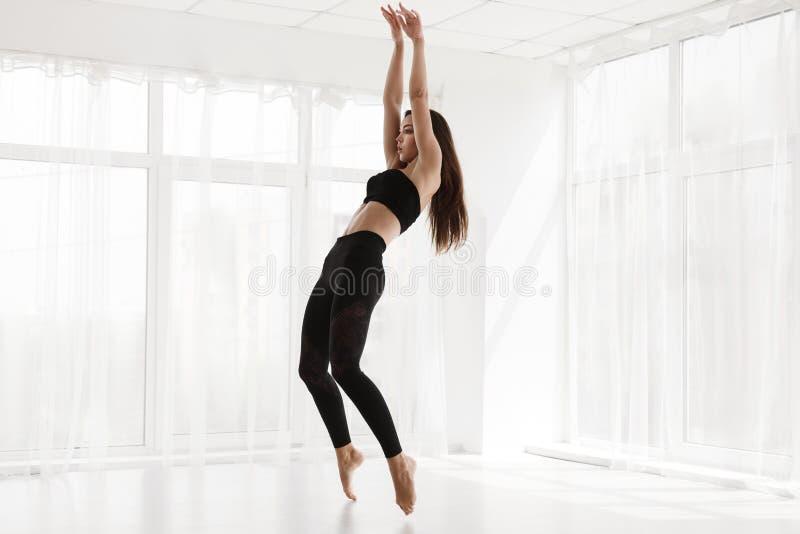Härlig kvinna som utbildar modern balett i studion, kopia Spa arkivfoton