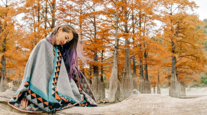 Härlig kvinna som vilar i höst royaltyfria bilder