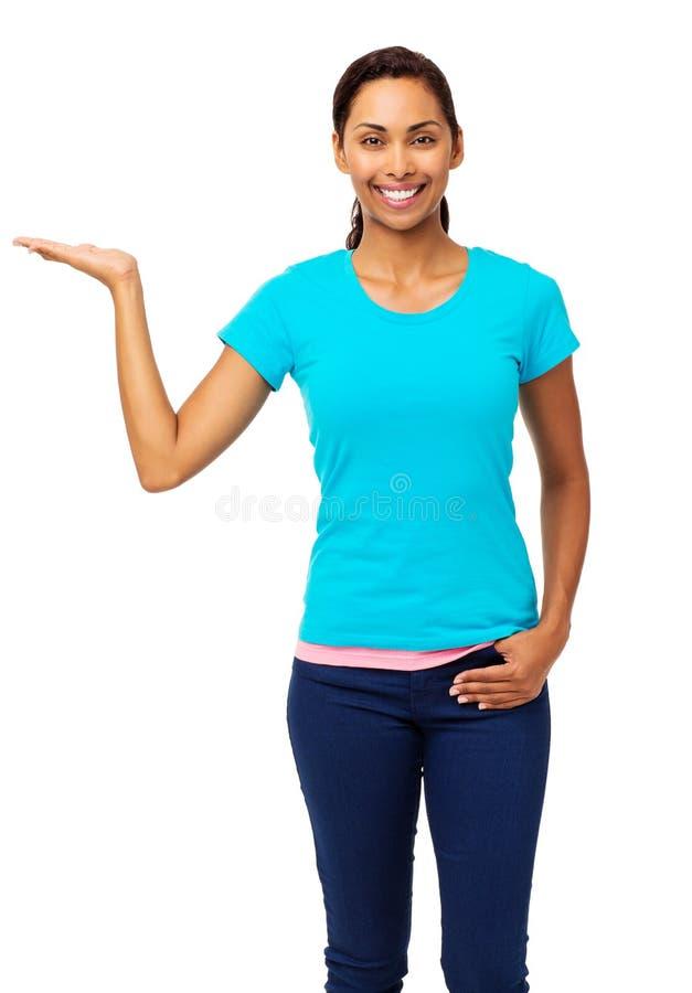 Härlig kvinna som visar den osynliga produkten royaltyfria bilder
