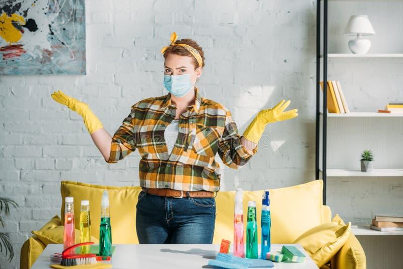 härlig kvinna som visar händer nära tabellen med lokalvårdtillförsel royaltyfri fotografi