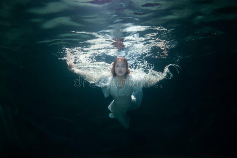 Härlig kvinna under vattnet arkivbild